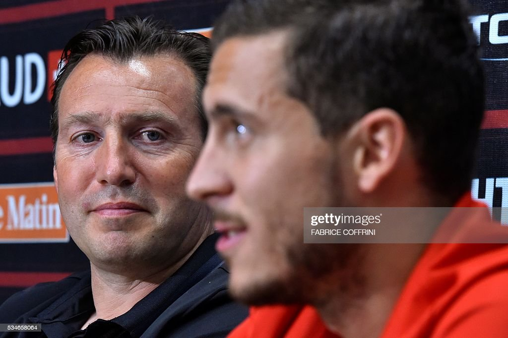 Belgium's national football team coach Marc Wilmots (L) listens to midfielder Eden Hazard during a press conference on the eve of the friendly match Switzerland vs Belgium on May 27, 2016 in Lausanne. The Belgian team is in Lausanne for a training camp in preparation for the UEFA Euro 2016 football championship in France. / AFP / FABRICE