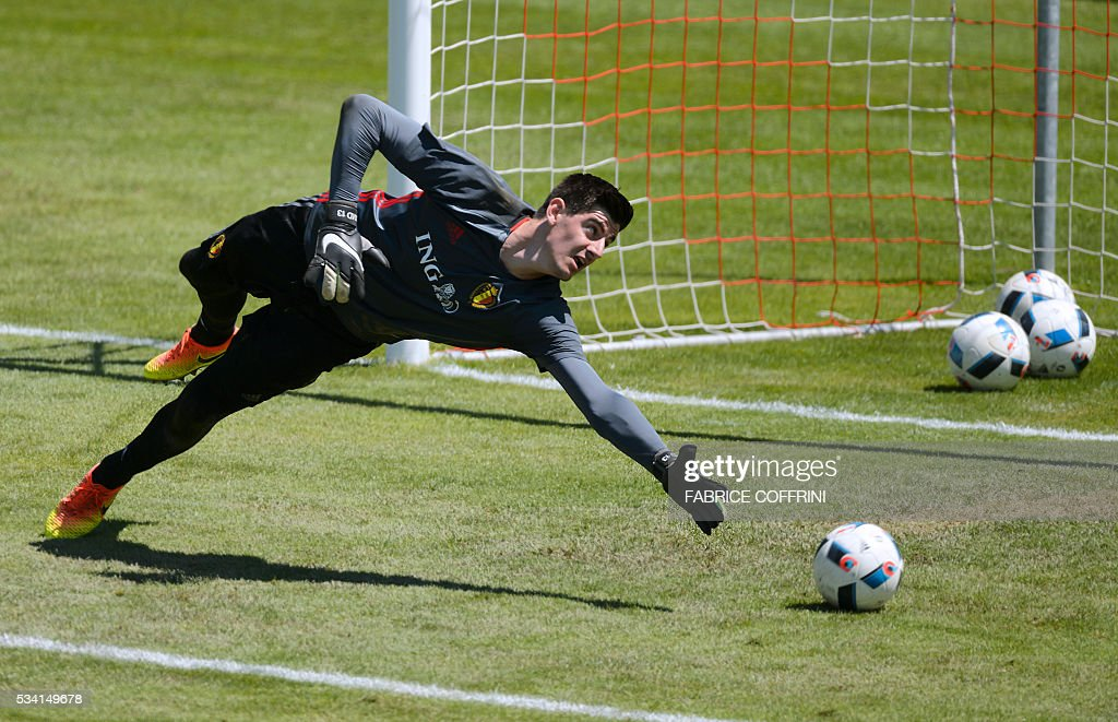Belgium's national football team goalkeeper Thibaut Courtois takes part in a training session on May 25, 2016 in Lausanne. The Belgian team is in Lausanne for a training camp in preparation for the UEFA Euro 2016 football championship in France. / AFP / FABRICE