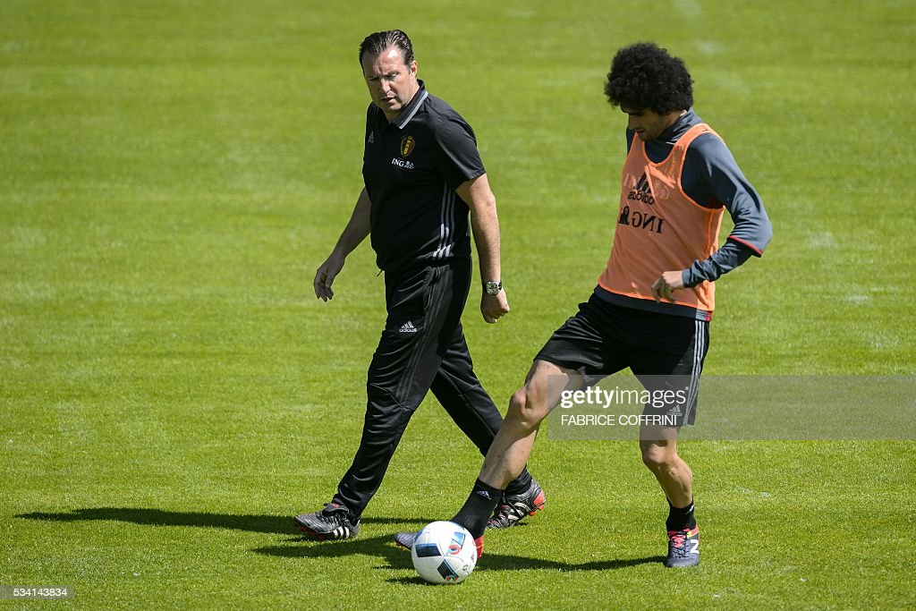 Belgium's national football team head coach Marc Wilmots (L) and midfielder Marouane Fellaini (R) take part in a training on May 25, 2016 in Lausanne. The Belgian team is in Lausanne for a training camp in preparation for the UEFA Euro 2016 soccer championship in France. / AFP / FABRICE