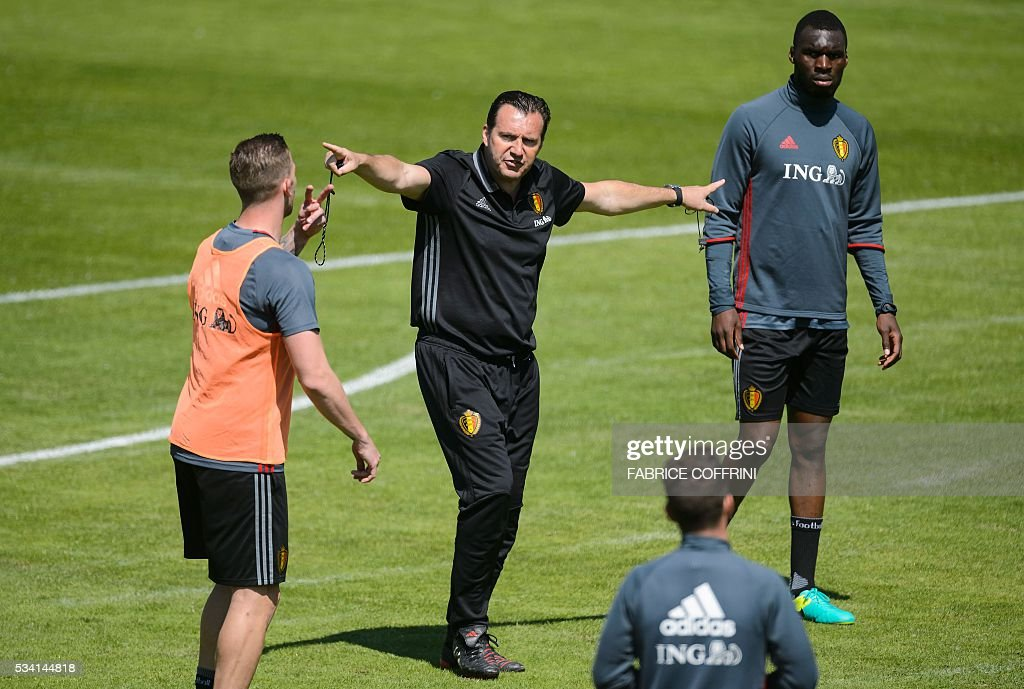 Belgium's national football team head coach Marc Wilmots (C) gestures next to defender Dedryck Boyata (R) during a training on May 25, 2016 in Lausanne. The Belgian team is in Lausanne for a training camp in preparation for the UEFA Euro 2016 soccer championship in France. / AFP / FABRICE