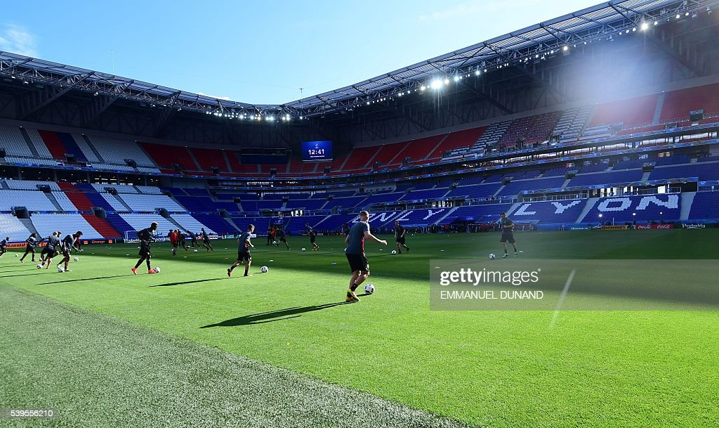 Belgium's players attend a training session at the Stade de Lyon on June 12, 2016 on the eve of their opening match against Italy for the EURO 2016 football tournamnet. / AFP / EMMANUEL