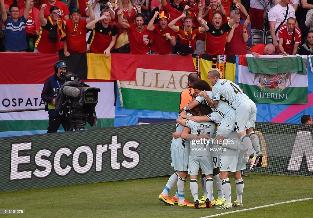 Belgium's players celebrate their opening goal during the Euro 2016 round of 16 football match between Hungary and Belgium at the Stadium Municipal in Toulouse on June 26, 2016. / AFP / Pascal PAVANI