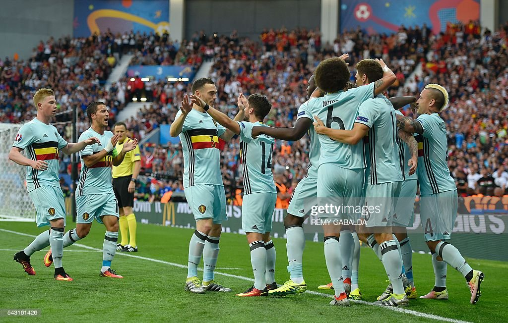 Belgium's players celebrate their opening goal during the Euro 2016 round of 16 football match between Hungary and Belgium at the Stadium Municipal in Toulouse on June 26, 2016. / AFP / Rémy GABALDA