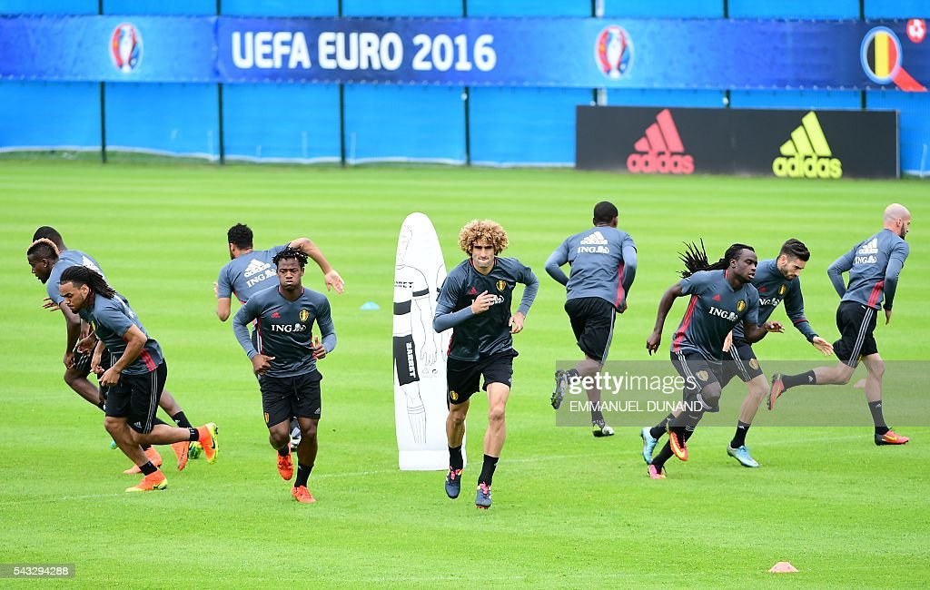 Belgium's players take part in a training session in Le Haillan, southwestern France, on June 27, 2016, ahead of their Euro 2016 quarter-final football match against Wales. / AFP / EMMANUEL