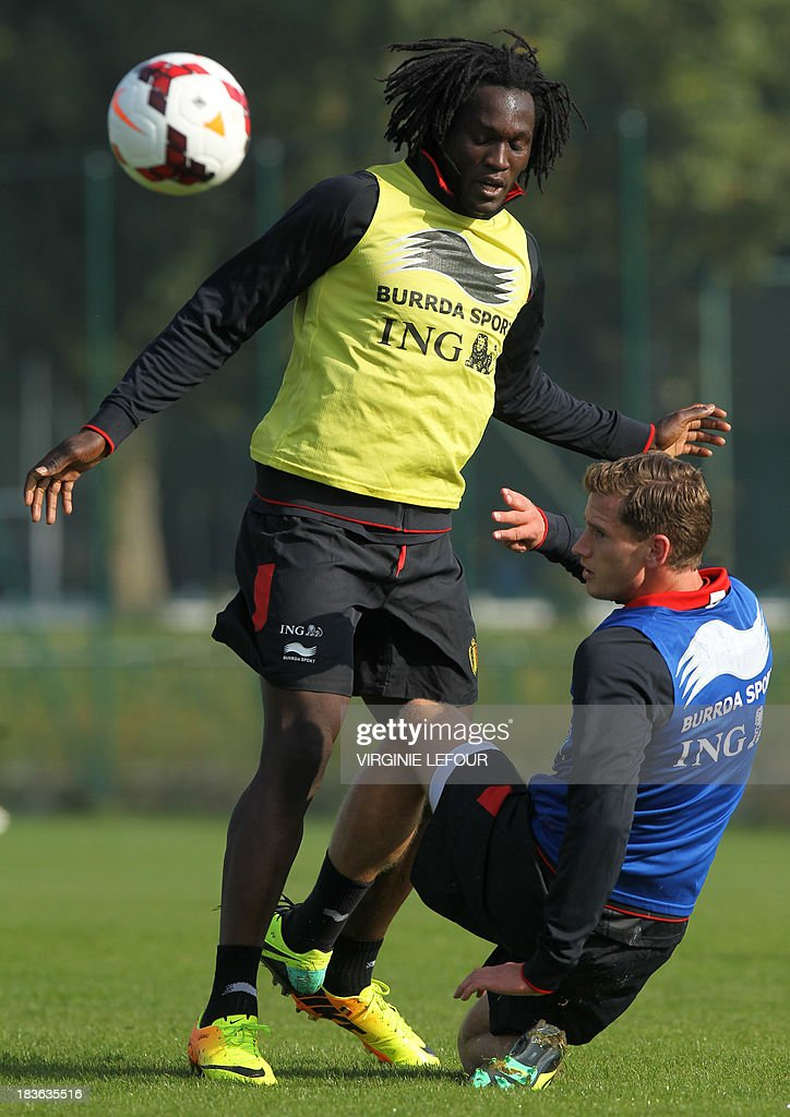 Belgium's Romelu Lukaku and Jan Vertonghen take part in a training session of the Red Devils Belgian national football team in Neerpede, Brussels, on October 8, 2013 ahead of their qualification game against Croatia for the 2014 FIFA World Cup on October 11. AFP PHOTO / BELGA / VIRGINIE LEFOUR