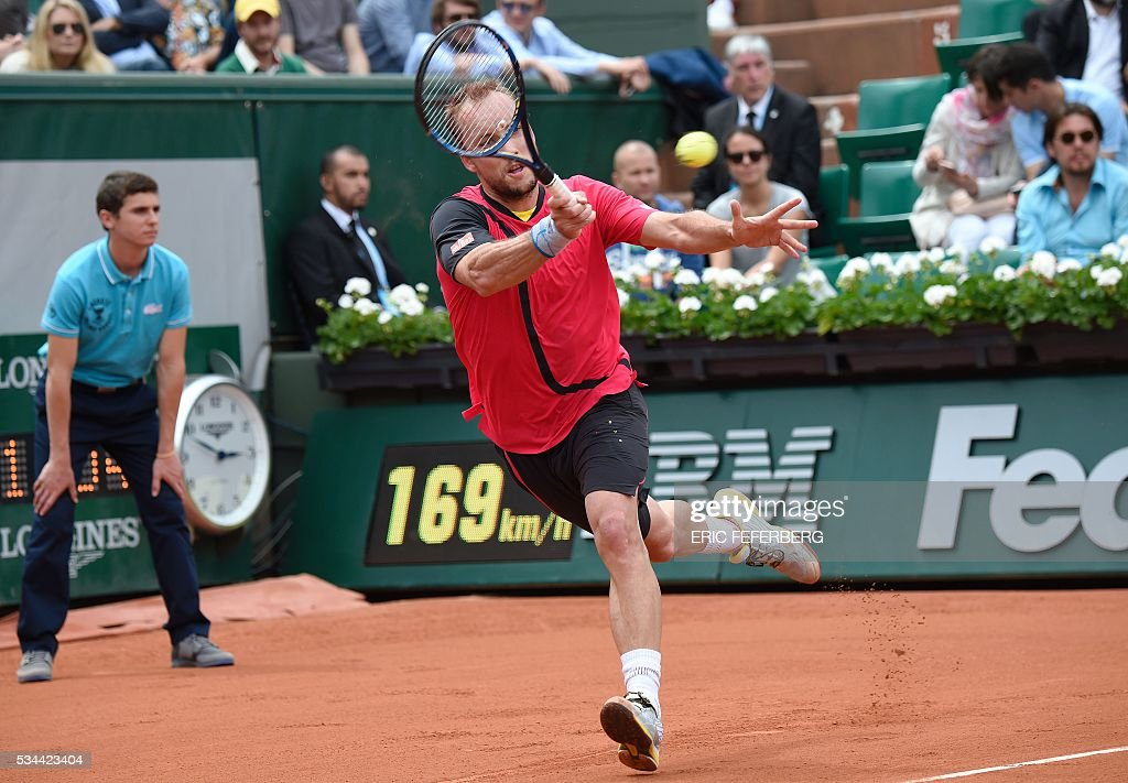 Belgium's Steve Darcis returns the ball to Serbia's Novak Djokovic during their men's second round match at the Roland Garros 2016 French Tennis Open in Paris on May 26, 2016. / AFP / Eric FEFERBERG