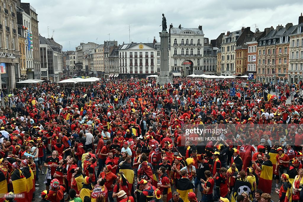 Belgium's supporters gather in the main square, La Grand Place, in Lille on July 1, 2016 ahead of the Euro 2016 football tournament qurter final match between Belgium and Walles. / AFP / PHILIPPE
