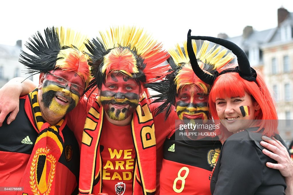 Belgium's supporters pose in the main square, La Grand Place, in Lille on July 1, 2016 ahead of the Euro 2016 football tournament quarter final match between Belgium and Wales. / AFP / PHILIPPE