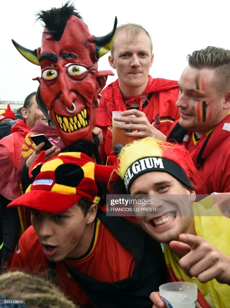 Belgium's supporters react at the fan zone of the General De Gaulle square in Lille, northern France, on July 1, 2016 as they watch the Euro 2016 football match between Belgium and Wales. / AFP / FRANCOIS