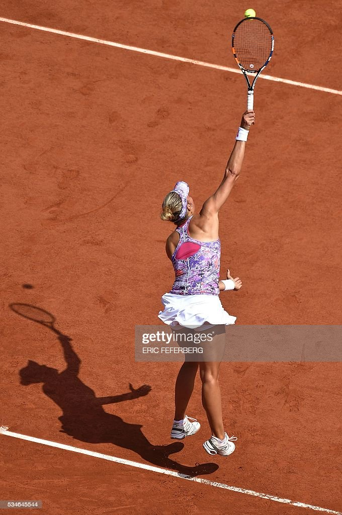 Belgium's Yanina Wickmayer serves the ball to Spain's Garbine Muguruza during their women's third round match at the Roland Garros 2016 French Tennis Open in Paris on May 27, 2016. / AFP / Eric FEFERBERG