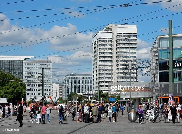 Beliebt bei Touristen der Alexanderplatz mit der Weltzeituhr in BerlinMitte