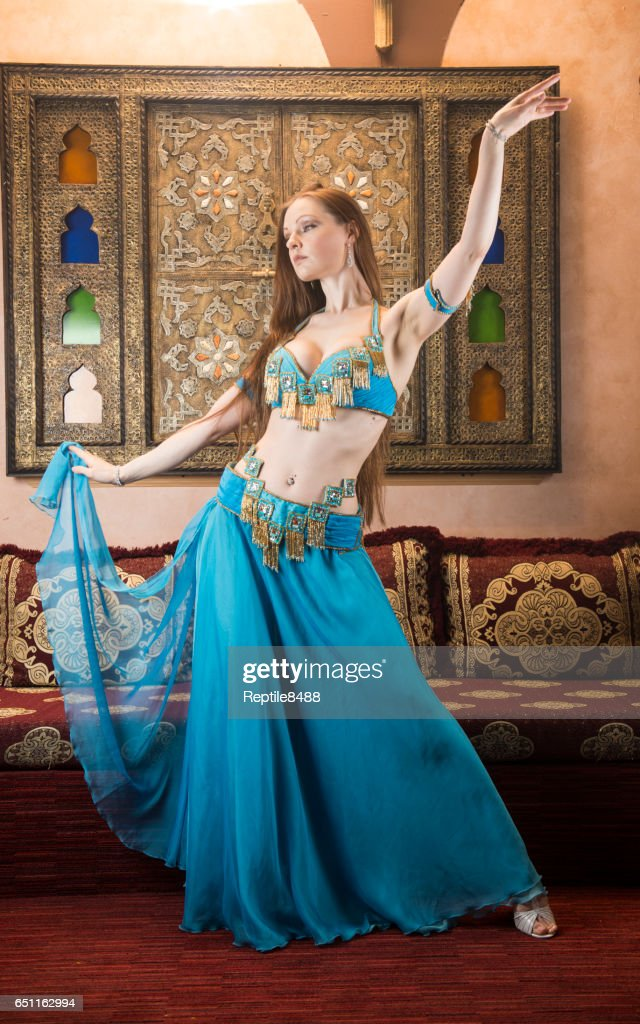 Belly dancer in Arabian belly dancing costume : Stockfoto