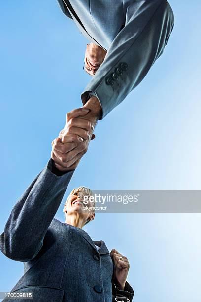 Unter Ansicht von Geschäftsleuten beim Händeschütteln