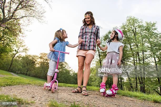 Au-dessous de vue de heureuse mère et fille dans le parc.