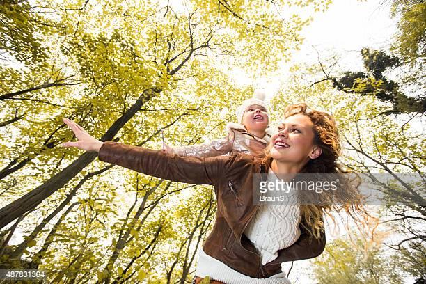 Au-dessous de vue de sa fille ferroutage mère en automne.