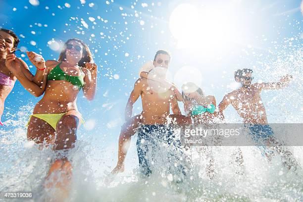 Unter Blick auf die jungen Menschen, die Spaß im Meer.