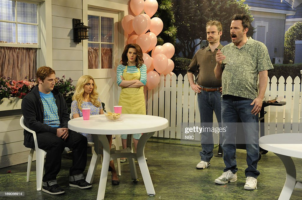 LIVE -- 'Ben Affleck' Episode 1641 -- Pictured: (l-r) Tim Robinson, Nasim Pedrad, Kate McKinnon, Bill Hader and Ben Affleck during a skit on May 18, 2013 --