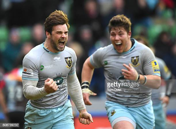 Ben Foden of Northampton Saints celebrates scoring the winning try during the Aviva Premiership match between Harlequins and Northampton Saints at...