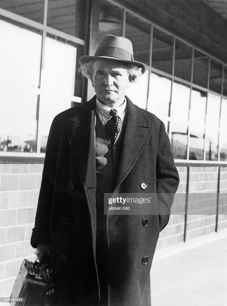 Ben Gurion David *16101886 Mitbegruender sozialdemokr Arbeitspartei Israels Premierminister von 19481953 und von 19551963 Halbportrait in Mantel und...