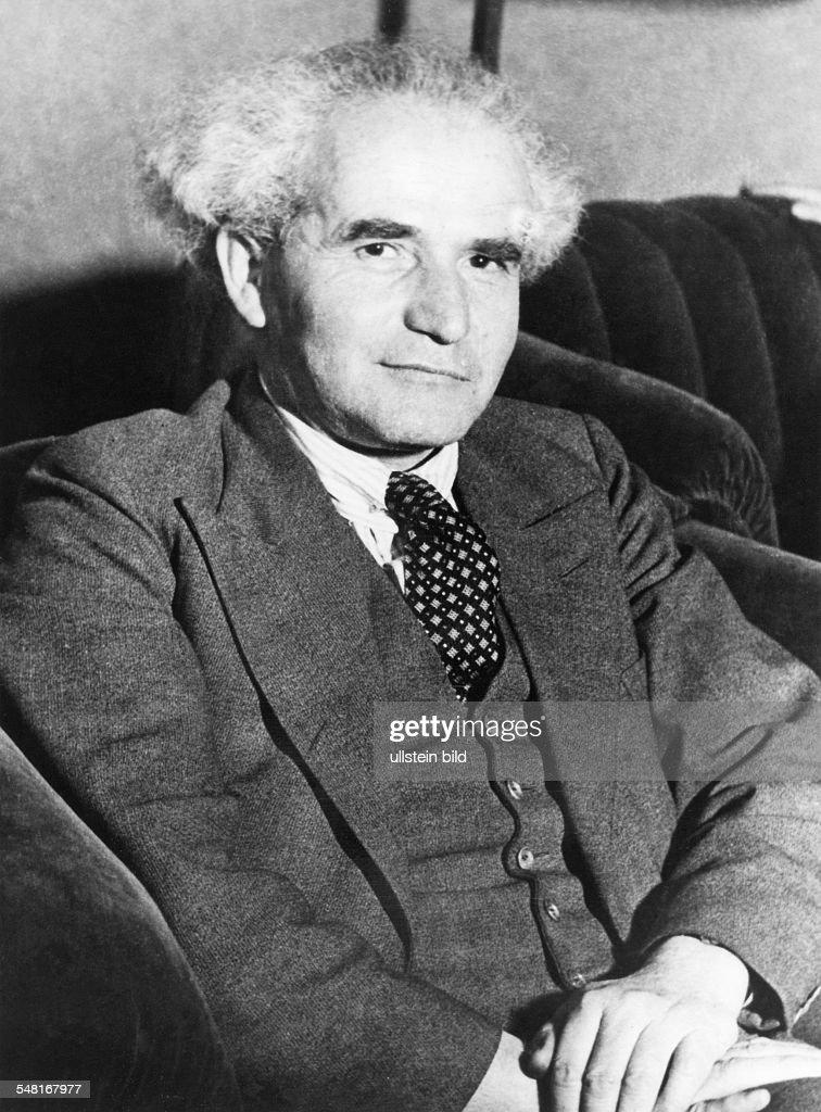 Ben Gurion David *16101886 Mitbegruender sozialdemokr Arbeitspartei Israels Premierminister von 19481953 und von 19551963 Halbportrait sitzend...