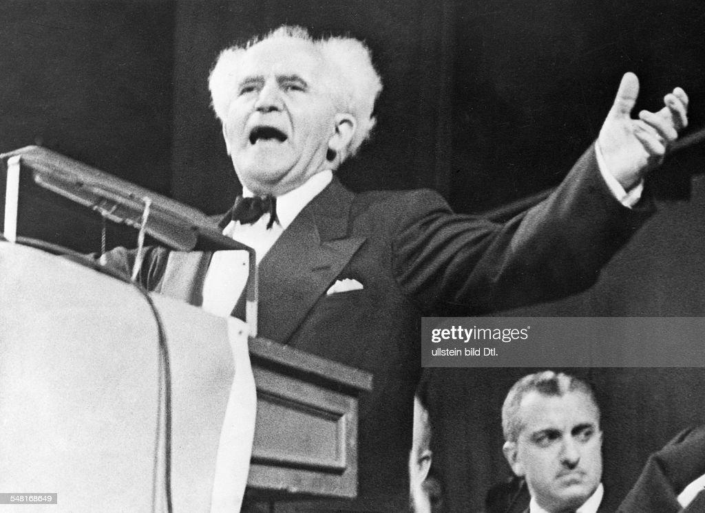 Ben Gurion David *16101886 Mitbegruender sozialdemokr Arbeitspartei Israels Premierminister von 19481953 und von 19551963 bei einer Rede ueber die...