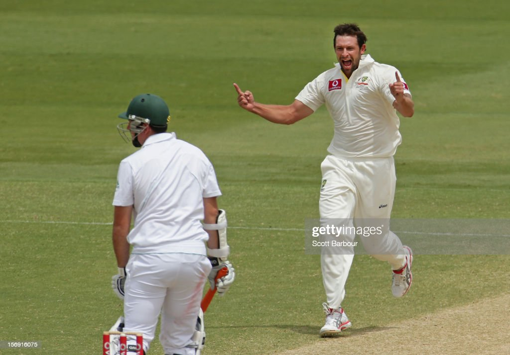 Ben Hilfenhaus of Australia celebrates after dismissing <a gi-track='captionPersonalityLinkClicked' href=/galleries/search?phrase=Graeme+Smith+-+Giocatore+di+cricket&family=editorial&specificpeople=193816 ng-click='$event.stopPropagation()'>Graeme Smith</a> of South Africa during day four of the Second Test Match between Australia and South Africa at Adelaide Oval on November 25, 2012 in Adelaide, Australia.