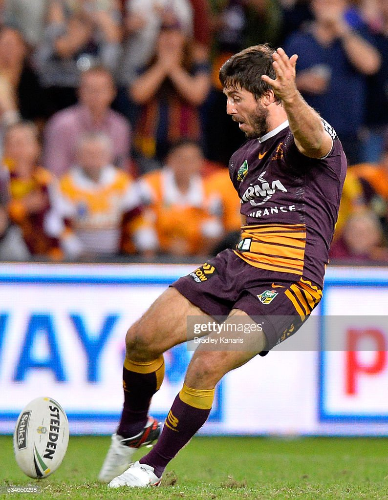 <a gi-track='captionPersonalityLinkClicked' href=/galleries/search?phrase=Ben+Hunt+-+Rugby+Player&family=editorial&specificpeople=13397153 ng-click='$event.stopPropagation()'>Ben Hunt</a> of the Broncos misses this shot at field goal to put the match into golden point extra time during the round 12 NRL match between the Brisbane Broncos and the Wests Tigers at Suncorp Stadium on May 27, 2016 in Brisbane, Australia.