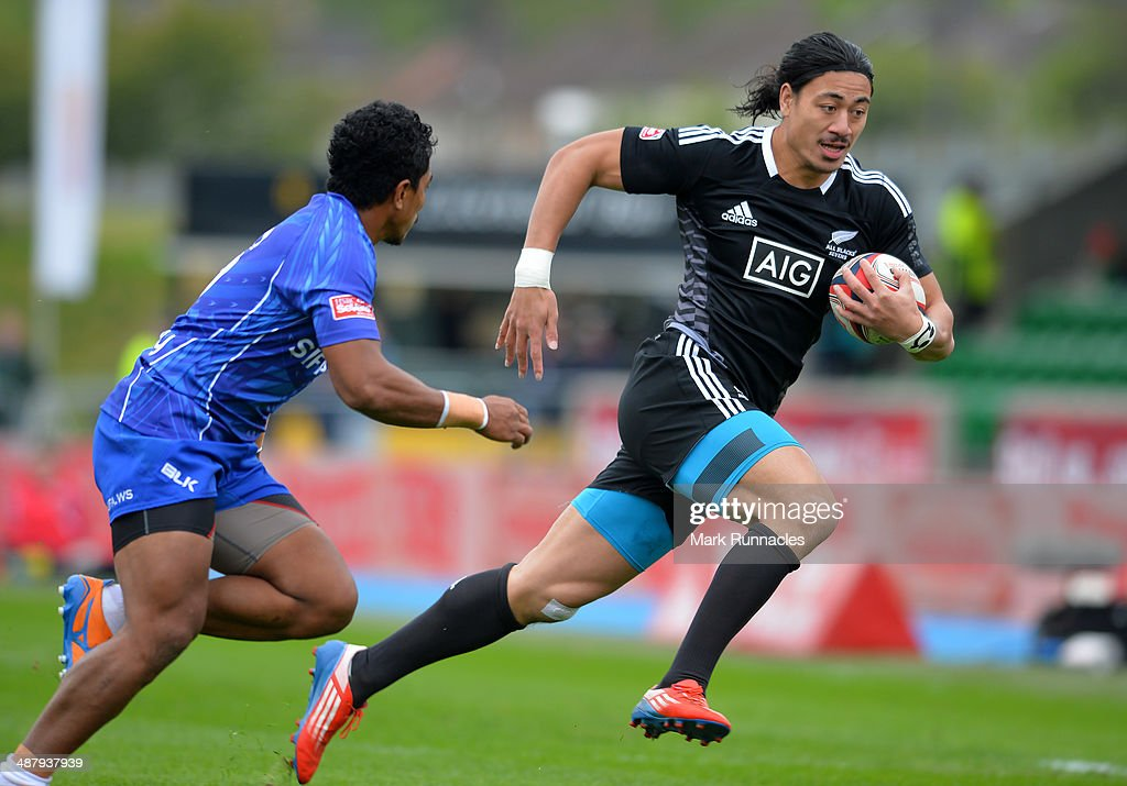 Ben Lamb of New Zealand outruns Sani Niue of Samoa to score during the IRB Glasgow Sevens - Day One at Scotstoun Stadium on May 3, 2014 in Glasgow, Scotland.