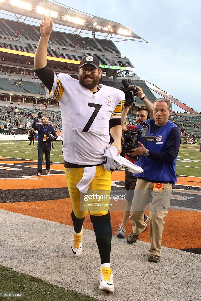 Ben Roethlisberger of the Pittsburgh Steelers celebrates while running off of the field after defeating the Cincinnati Bengals 3320 at Paul Brown...