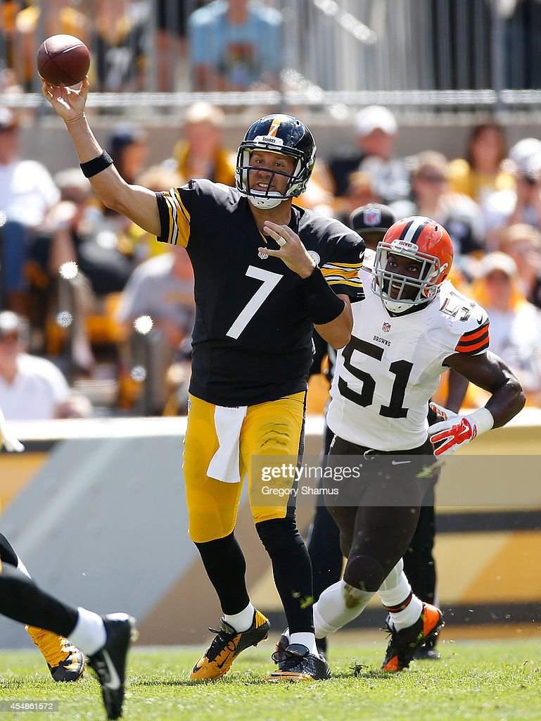 Ben Roethlisberger of the Pittsburgh Steelers makes a pass in front of Barkevious Mingo of the Cleveland Browns during the second quarter at Heinz...