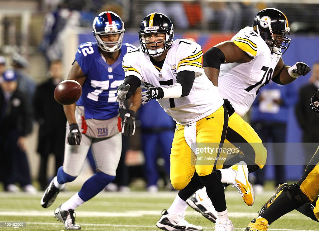 <a gi-track='captionPersonalityLinkClicked' href=/galleries/search?phrase=Ben+Roethlisberger&family=editorial&specificpeople=201605 ng-click='$event.stopPropagation()'>Ben Roethlisberger</a> #7 of the Pittsburgh Steelers pitches the ball out in front of <a gi-track='captionPersonalityLinkClicked' href=/galleries/search?phrase=Osi+Umenyiora&family=editorial&specificpeople=243245 ng-click='$event.stopPropagation()'>Osi Umenyiora</a> #72 of the New York Giants during their game at MetLife Stadium on November 4, 2012 in East Rutherford, New Jersey.