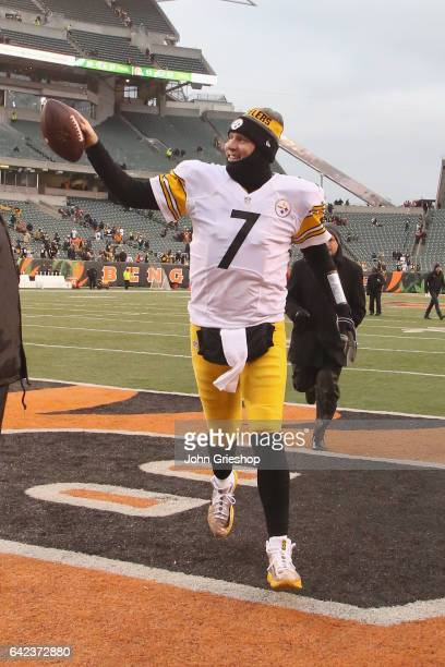 Ben Rothlisberger of the Pittsburgh Steelers celebrates a victory after the game against the Cincinnati Bengals at Paul Brown Stadium on December 18...