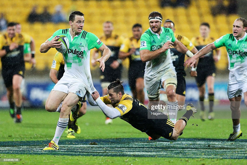 <a gi-track='captionPersonalityLinkClicked' href=/galleries/search?phrase=Ben+Smith+-+Jogador+de+Rugby+Union&family=editorial&specificpeople=11650283 ng-click='$event.stopPropagation()'>Ben Smith</a> of the Highlanders is tackled by <a gi-track='captionPersonalityLinkClicked' href=/galleries/search?phrase=Cory+Jane&family=editorial&specificpeople=601531 ng-click='$event.stopPropagation()'>Cory Jane</a> of the Hurricanes during the round 14 Super Rugby match between the Hurricanes and the Highlanders at Westpac Stadium on May 27, 2016 in Wellington, New Zealand.