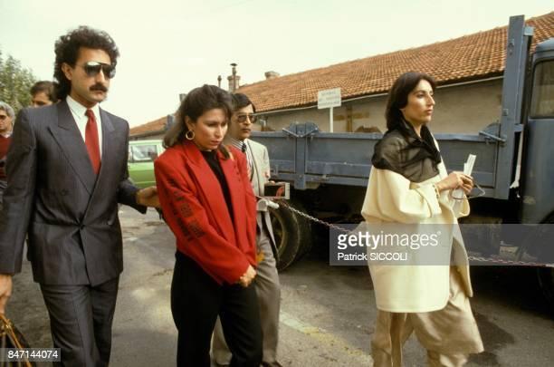 Benazir Bhutto a droite et son beaufrere Nasser Hussain a gauche a la reconstitution du meurtre de Shahnawaz Bhutto le frere de Benazir Bhutto le 6...