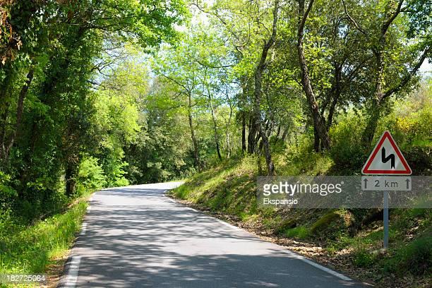 Bend sur Route de campagne en France à travers bois vert