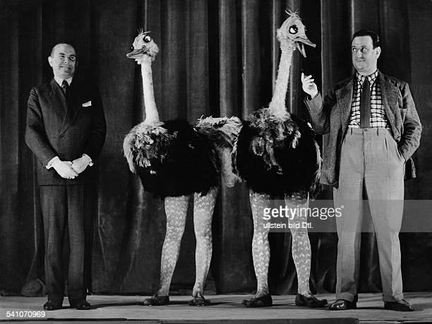 Bendow Wilhelm *29091884Schauspieler Komiker D Szene aus 'Bendows Bunter Buehne' links WB rechts Max Ehrlich und in der Mitte das Straussenpaar Tessy...