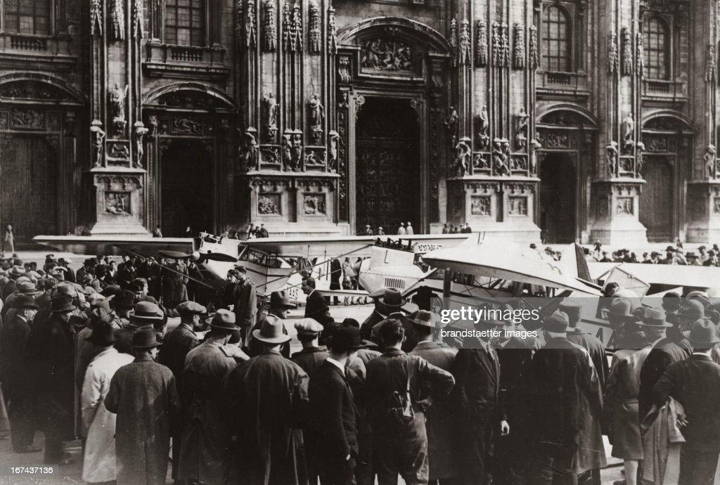 Benediction of Italian aeroplanes in front of the dome in Milano. About 1930. Photograph. (Photo by Imagno/Getty Images) Segnung von italienischen Flugzeugen vor dem Dom von Mailand. Um 1930. Photographie (press print). 13 : 18,2 cm