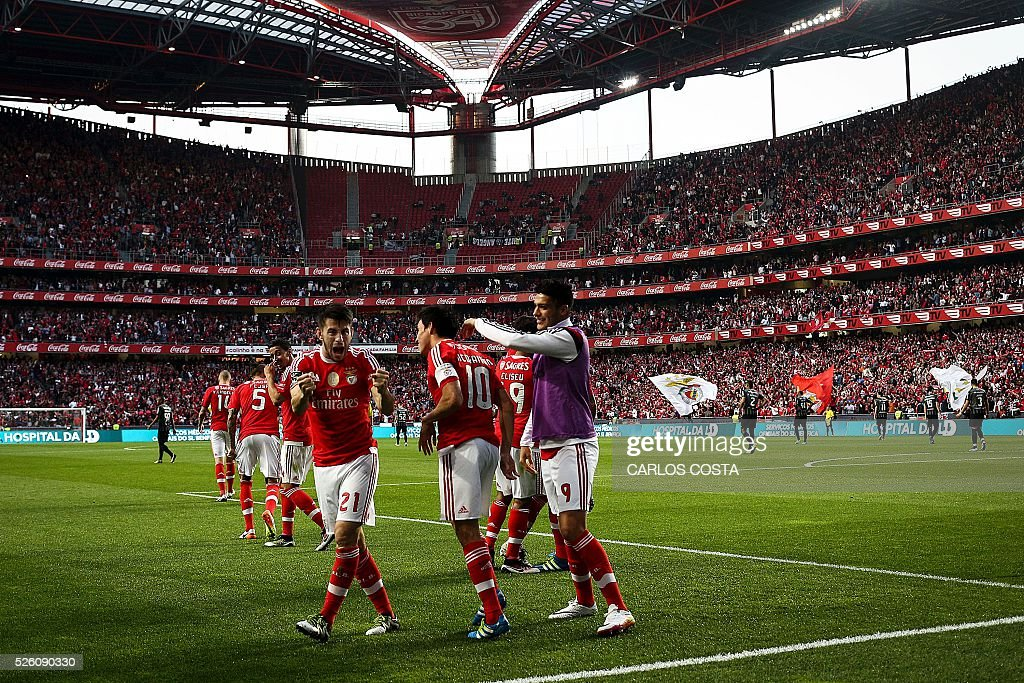 Benfica players celebrate their goal during the Portuguese league football match SL Benfica vs Vitoria Sport Clube at the Luz stadium in Lisbon on April 29, 2016. / AFP / CARLOS