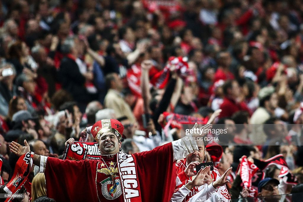 Benfica supporters celebrate their victory at the end of the Portuguese league football match SL Benfica vs Vitoria Sport Clube at the Luz stadium in Lisbon on April 29, 2016. / AFP / CARLOS