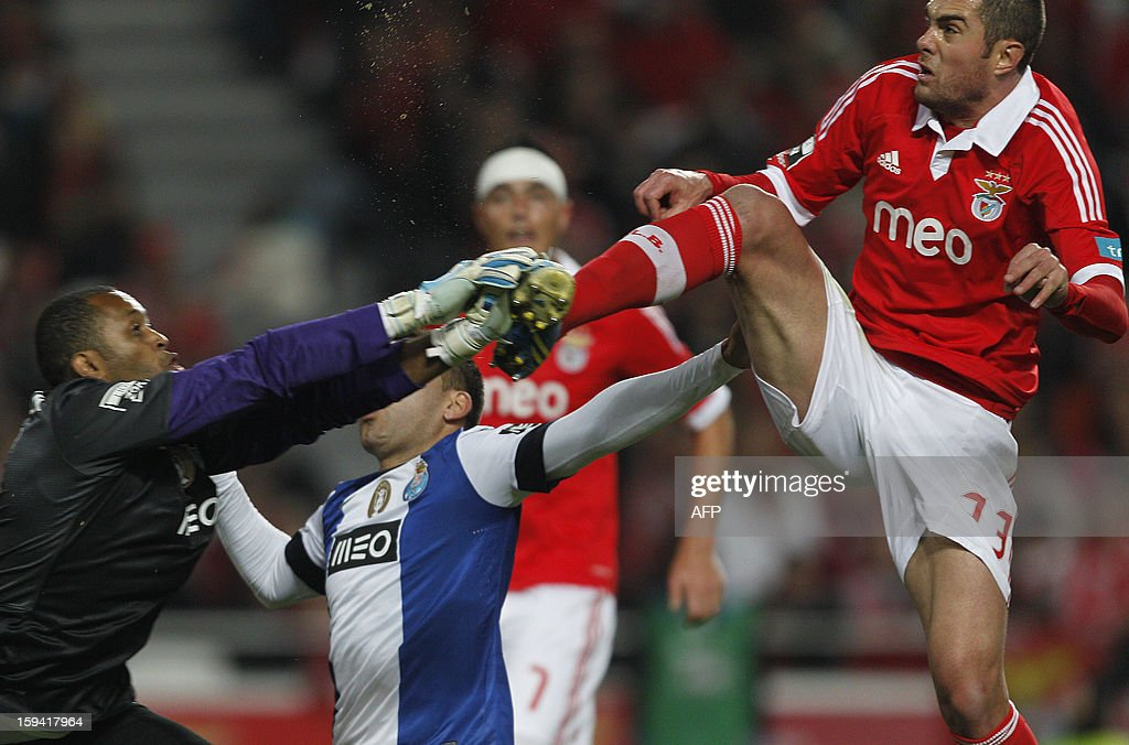 Benficaa´s Jardel (R) vies with Porto's Brazilian goalkeeper Helton Aruda Helton (L) during the Portuguese league football match SL Benfica vs FC Porto at Luz Stadium in Lisbon on January 13, 2013.