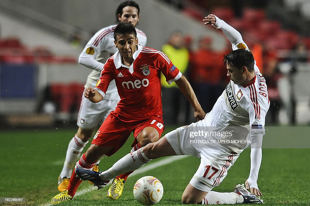 Benfica's Argentine midfielder Eduardo Salvio (L) vies with Bayer Leverkusen's defender Sebastian Boenisch (R) during the UEFA Europa League round of 32 second leg football match SL Benfica vs Bayer 04 Leverkusen at the Luz stadium in Lisbon on February 21, 2013. AFP PHOTO/ PATRICIA DE MELO MOREIRA