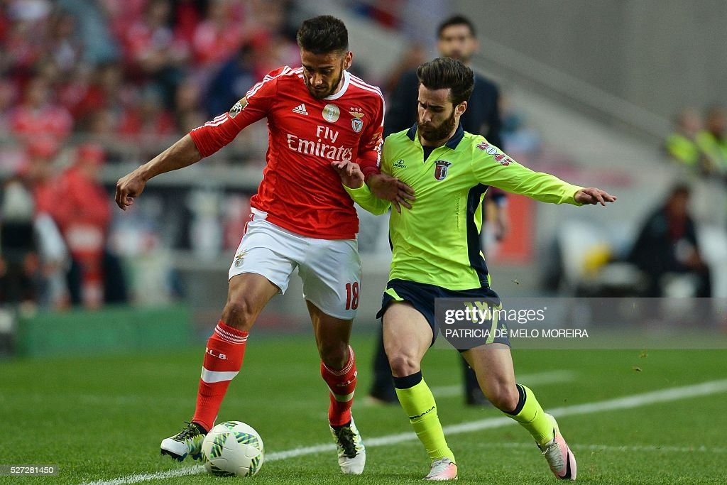 Benfica's Argentine midfielder Eduardo Salvio (L) vies with Braga's midfielder Rafa Silva during the Portuguese League Cup semi-final football match SL Benfica vs SC Braga at Luz stadium on May 2, 2016. / AFP / PATRICIA