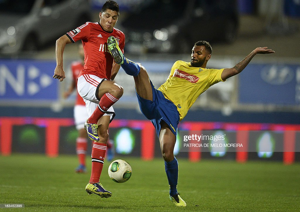 Benfica's Argentine midfielder Enzo Perez (L) vies with Estoril's Cape Verdean defender Elvis Macedo 'Babanco' (R) during the Portuguese league football match GD Estoril Praia vs SL Benfica at the Antonio Coimbra da Mota stadium in Estoril, outskirts of Lisbon, on October 6, 2013. AFP PHOTO / PATRICIA DE MELO MOREIRA