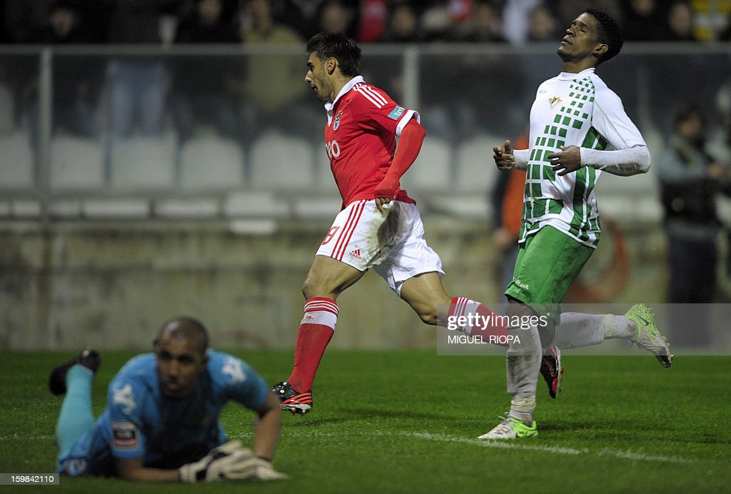 Benfica's Argentinian forward Eduardo Salvio (C) celebrates after scoring during the Portuguese league football match Moreirense vs Benfica at the Comendador Joaquim de Almeida Freitas Stadium in Moreira de Conegos on January 21, 2013. AFP PHOTO/ MIGUEL RIOPA