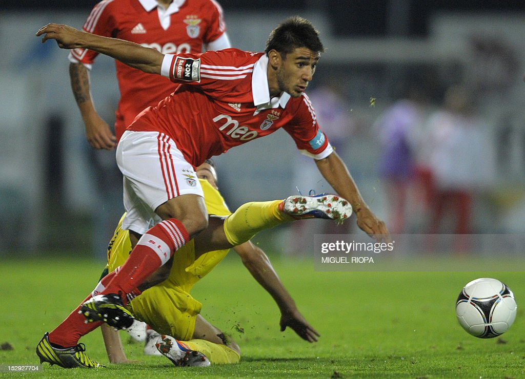 Benfica's Argentinian forward Eduardo Salvio (L) vies for the ball with Pacos Ferreira's midfielder Vitor da Silva during their Portuguese league football match at the Mata Real Stadium in Pacos Ferreira, on September 28, 2012. Benfica won the match 2-1.