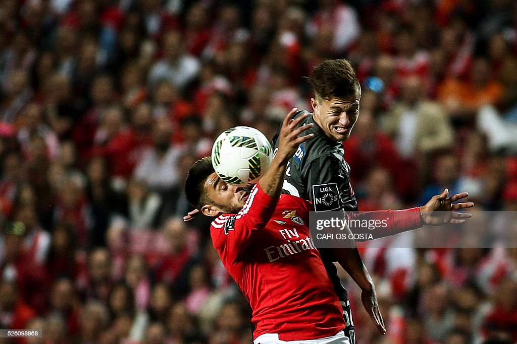 Benfica's Argentinian forward Eduardo Salvio (L) vies with Vitoria Guimaraes' defender Josue Sa during the Portuguese league football match SL Benfica vs Vitoria Sport Clube at the Luz stadium in Lisbon on April 29, 2016. / AFP / CARLOS