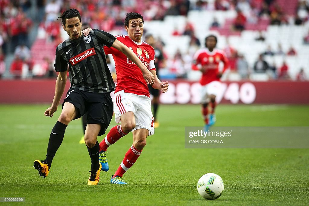Benfica's Argentinian midfielder Nicolas Gaitan (R) vies with Vitoria Guimaraes' forward Lica during the Portuguese league football match SL Benfica vs Vitoria Sport Clube at the Luz stadium in Lisbon on April 29, 2016. / AFP / Carlos Costa