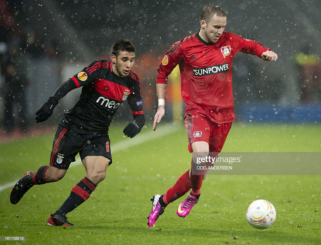 Benfica's Argtentinian forward Eduardo Salvio (L) and Leverkusen's Czech defender Michal Kadlec vie for the ball during the UEFA Europa League football match Bayer 04 Leverkusen vs SL Benfica on February 14, 2013 in Leverkusen, western Germany. Benfica won the match 0-1.