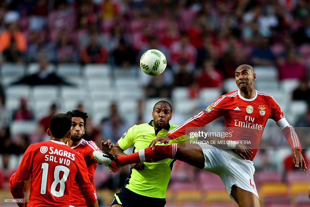 Benfica's Brazilian defender Anderson Luis (R) vies with Braga's forward Wilson Eduardo (C) during the Portuguese League Cup semi-final football match SL Benfica vs SC Braga at Luz stadium on May 2, 2016. / AFP / PATRICIA