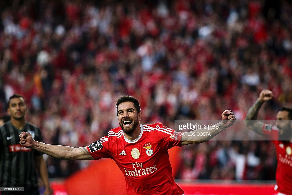 Benfica's Brazilian defender Jardel Vieira celebrates after scoring a goal during the Portuguese league football match SL Benfica vs Vitoria Sport Clube at the Luz stadium in Lisbon on April 29, 2016. / AFP / CARLOS
